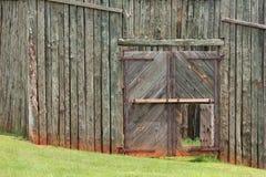 墙壁的接近的栅栏 免版税库存图片