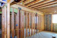 墙壁的框架和一个木房子,蒸气障碍的天花板,部分地覆盖了墙壁 库存图片