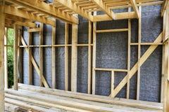 墙壁的框架和一个木房子,蒸气障碍的天花板 免版税库存图片