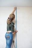 墙壁的测量。 图库摄影