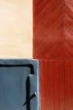 墙壁的片段有委员会和阴影的 vecriga,拉脱维亚 免版税图库摄影