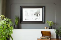 墙壁的特写镜头有一张绘画的在一个黑框架 库存图片