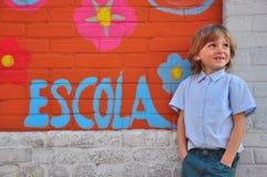 墙壁的男小学生 免版税库存图片