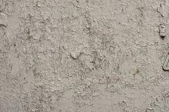 墙壁的白灰色表面有破裂的油漆的,膏药,特写镜头 图库摄影