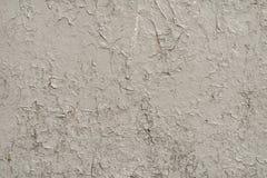 墙壁的白灰色表面有破裂的油漆的,膏药,特写镜头 免版税库存图片