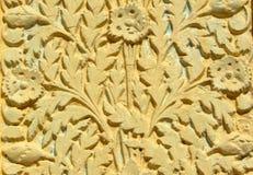 墙壁艺术花卉设计灰泥工作在200年寺庙外部的  免版税库存图片