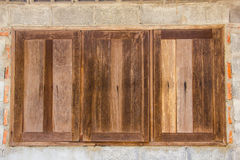 墙壁被修筑了与老木窗口的砖块 库存图片