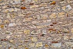 墙壁被修筑涨落不定向背景扔石头 老石制品纹理  文本的空间 可靠性的概念 免版税库存照片