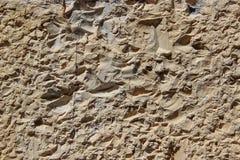 墙壁被砍成自然岩石 库存图片