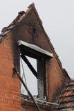 墙壁被破坏被烧在居民住房下在火以后 免版税图库摄影
