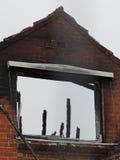 墙壁被破坏被烧在居民住房下在火以后 免版税库存图片
