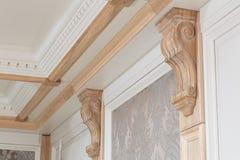 墙壁装饰的元素在天花板附近的 免版税图库摄影