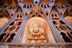 墙壁设计有乐器样式的在著名宫殿 免版税图库摄影