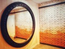 墙壁通过窗口 入口和出口 免版税库存照片