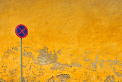 墙壁黄色 免版税库存照片