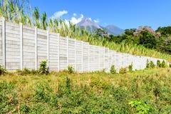 墙壁&两个火山 免版税库存图片