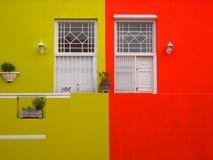 墙壁 对阳台的门 明亮的颜色 芥末颜色和猩红色 库存图片