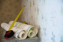 墙纸和一卷测量的磁带两卷  免版税库存图片