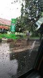 墙纸在窗口的雨下落 免版税库存照片