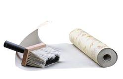 墙纸和刷子黏附 库存图片