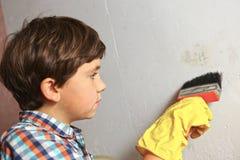 贴墙纸男孩的帮助,棍子墙纸 免版税库存图片