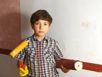 贴墙纸男孩的帮助,棍子墙纸 免版税图库摄影