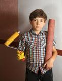 贴墙纸男孩的帮助,棍子墙纸 免版税库存照片