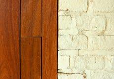 墙纸背景纹理的木墙壁和砖墙块 免版税库存图片