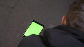 增加与有说谎除户内以外的绿色屏幕的片剂的成人肌肉运动人特写镜头射击  股票录像