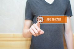 增加到推车-供以人员手按在按钮上 免版税库存图片
