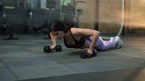 增加在健身房的锻炼期间的体育深色的妇女 股票视频