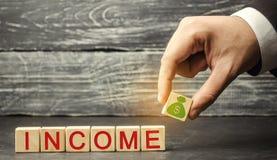 增加在收入 企业成功、财政成长和财富的概念 增加赢利和投资基金 银行票据贪心放置的节省额 库存图片