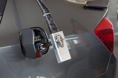 增加在汽车的气体的气管在加油站 免版税库存照片