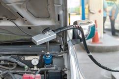 增加在汽车的气体的气管在加油站 库存照片