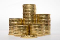增加在白色背景的高度的六堆硬币 免版税库存照片