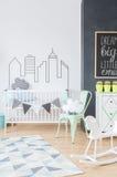 增加样式的富启示性的墙壁贴纸到一间新出生的` s屋子 图库摄影