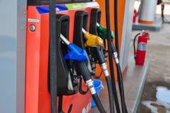 增加燃料油到在燃油泵的汽车有分配器的 selec 免版税库存照片