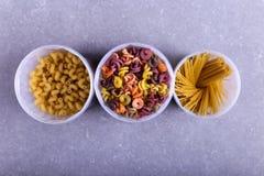 增加自然植物染料的多彩多姿的面团 在一张具体桌上的一个瓶子 顶视图,拷贝空间 图库摄影