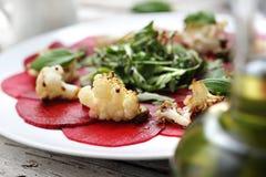 增加花椰菜和绿色莴苣的菜甜菜根carpaccio 库存图片