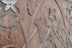 增加金叶皮肤的熟练的工匠到木雕刻 图库摄影