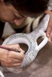 增加颜色的妇女到土耳其花瓶在卡帕多细亚 免版税图库摄影