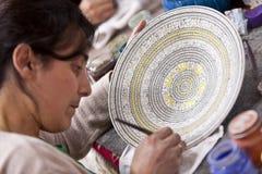 增加颜色的妇女到土耳其陶瓷碗 免版税图库摄影