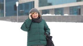 增长的妇女叫由电话在城市 影视素材