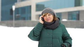 增长的妇女叫由电话在城市 股票录像