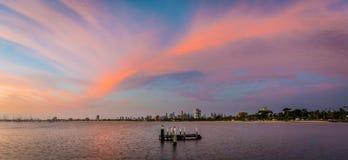墨尔本地平线和摩天大楼有桃红色和紫色日落的在天空 库存照片