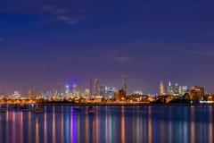 墨尔本城市有启发性摩天大楼在晚上 库存照片