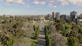墨尔本战争纪念馆天线在日间墨尔本,往主题的慢移动式摄影车 股票录像