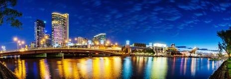 墨尔本美丽的景色街市横跨亚拉河在 库存照片