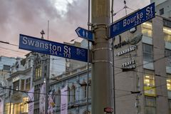 墨尔本,澳大利亚, 2017年8月16日-在中心bourke和flinder街道的城市交通 免版税库存图片