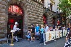 墨尔本,澳大利亚- 2017年12月16日:排队对在Swanston街道上的姜饼村庄的人们在圣诞节期间 免版税图库摄影